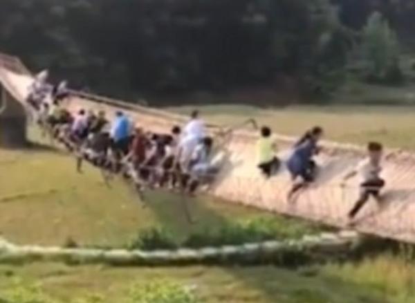 Hàng chục du khách chới với trên cây cầu đột nhiên lật nghiêng
