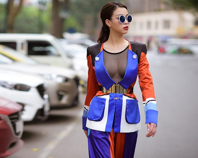 truong-tung-lan-khoe-nguc-tao-bao-khi-dao-pho-2