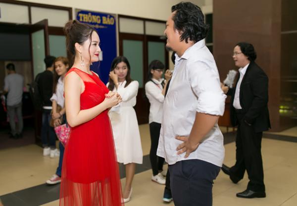 lan-phuong-dien-vay-do-ruc-di-cham-thi-phim-ngan-2