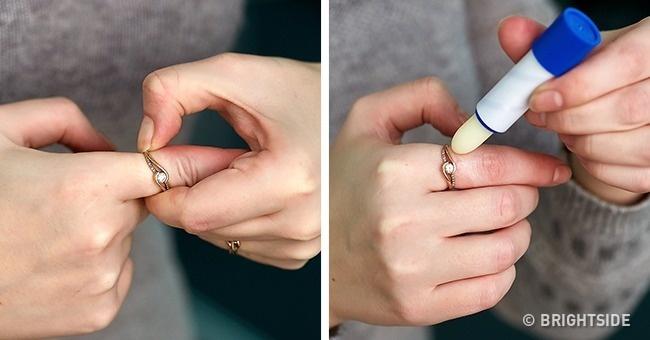 Thoa một chút son dưỡng môi lên chiếc nhẫn bị chật để tháo ra dễ dàng hơn.