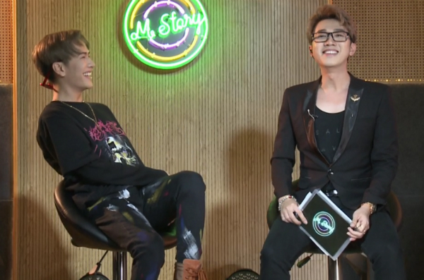 Lou Hoàng và MC Minh xù vui vẻ trò chuyện, cười đùa trong suốt chương trình.