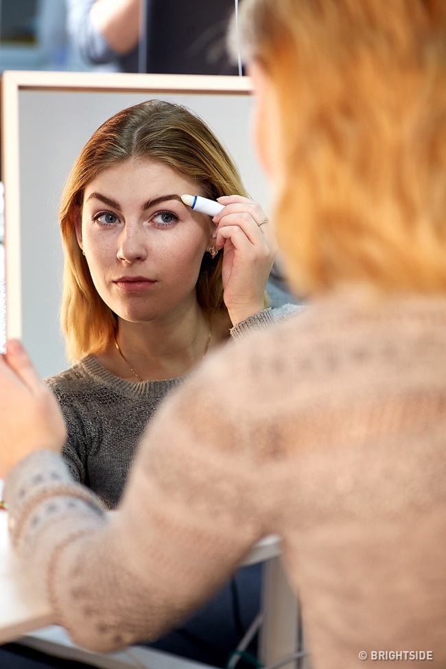 Giúp hàng lông mày vào nếp dễ dàng hơn bằng một chút son dưỡng.