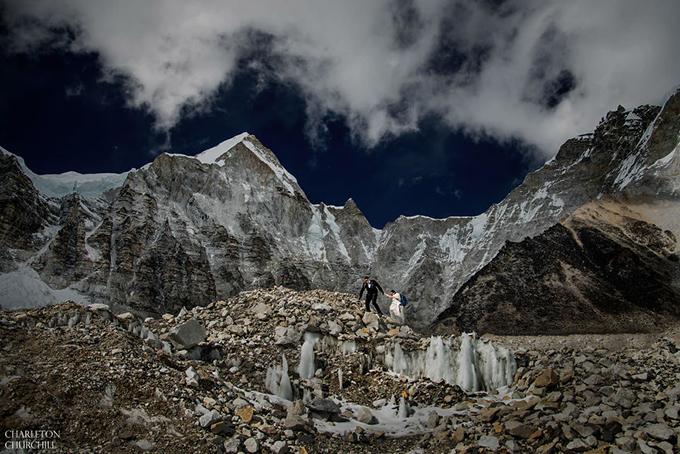 Người leo đỉnh Everest phải đối mặt với nhiều khó khăn như thiếu oxy, trượt ngã, thời tiết băng giá, gió bão. Nhưng nguy hiểm nhất là những cột băng khổng lồ có kích thước bằng tòa nhà, những tháp băng bấp bênh sẵn sàng sụp xuống bất kỳ lúc nào.