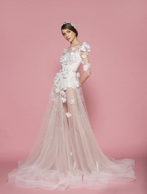 Cô dâu hiện đại không còn bó buộc mình trong những chiếc váy cưới cổ điển, kín đáo và an toàn. Nắm bắt xu hướng đó, chiếc váy có những chi tiết trong suốt, xuyên thấu và có phần sexy xuất hiện ngày càng nhiều, nhất là trong dịp xuân hè 2015.