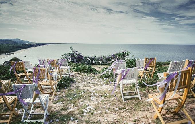 Đặc thù của các lễ cưới bên bờ biển đó là thời tiết có thể thay đổi bất ngờ, đặc biệt là gió to nên thay vì dựng cổng hoa cao. Wedding planner đã kết một cổng hoa ngay trên mặt đất. Điều này cũng giúp giảm thiểu chi phí dựng khung và tránh được nguy cơ cổng hoa bị đổ nếu có gió hoặc mưa to. Đồng thời, bằng cách này, các khách mời có thể thoải mái ngắm nhìn toàn bộ vùng biển bao la xanh mát của Hải Hòa trước mặt mà không bị che khuất tầm nhìn.