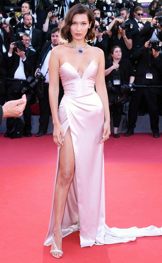 Người mẫu Eva Herzigova lộng lẫy trong chiếc váy Roberto Cavalli ánh kim