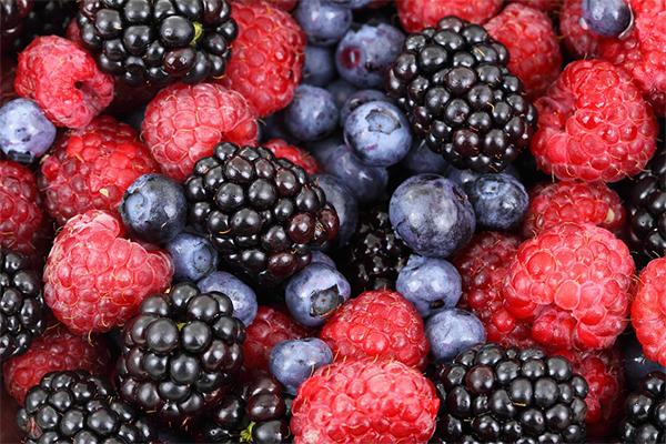 Các loại quả mọng có vitamin C và mangan và nhiều vitamin K, bạn có thể ăn nó thoải mái khi đói. Mặt khác, nó chỉ có khoảng 7 gram đường cho mỗi khẩu phần Xem thêm tại: HEATH VIỆT NAM
