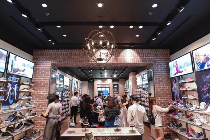 Ngay trong ngày khai trương, nhiều khách hàng đã tới chọn giày và hưởng những ưu đãi thú vị từ thương hiệu.