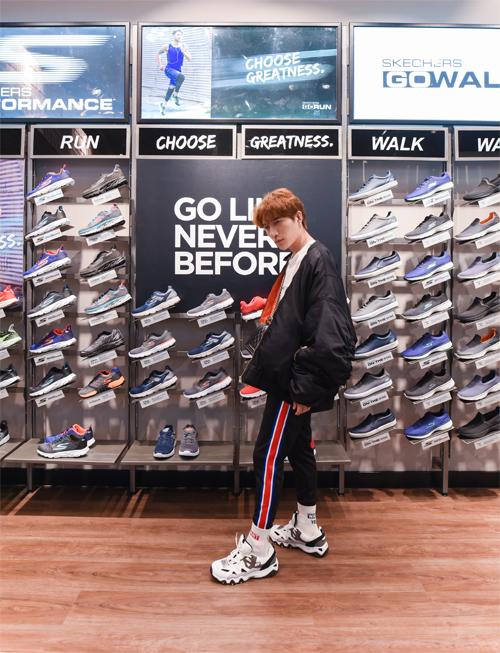 Châu Đăng Khoa khoe phong cách phóng khoáng với giày Skechers.