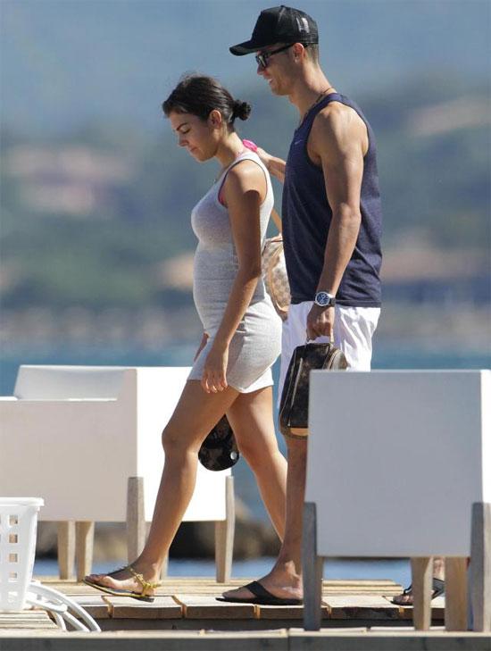 Người đẹp Georgina Rodriguez lộ bụng to trong kỳ nghỉ, được cho là đang mang thai đôi với chân sút Real.