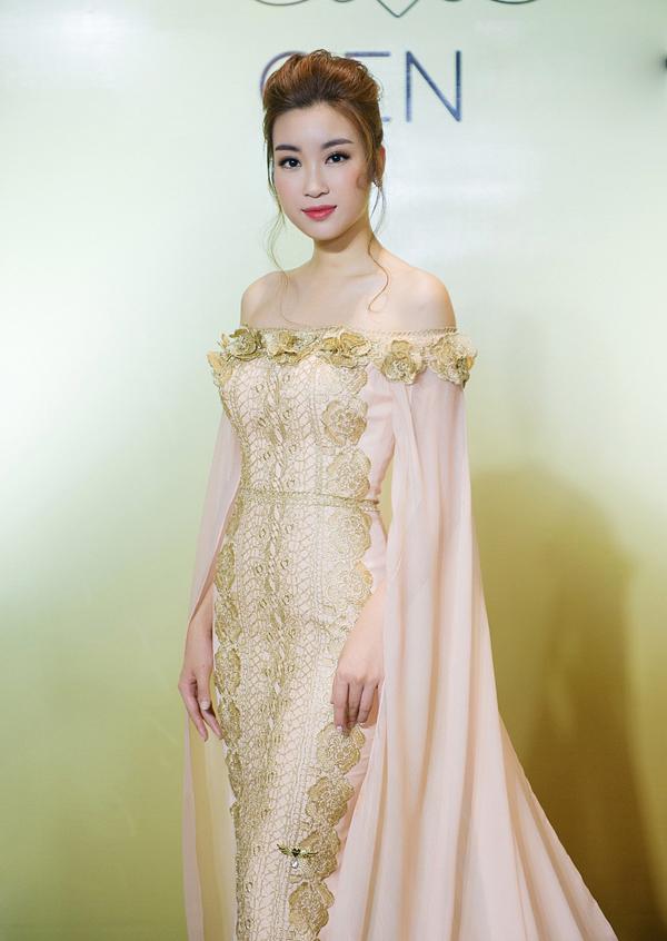 Váy trễ vai điệu đà là trang phục hoa hậu Đỗ Mỹ Linh lựa chọn để góp mặt show diễn thời trang của cựu siêu mẫu Vũ Thu Phương tổ chức tại Phnom Penh.