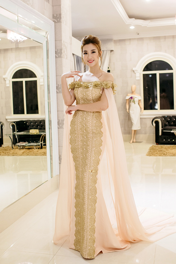 Váy đuôi cá đi kèm áo choàng mềm mại và chi tiết hở vai trần giúp hoa hậu trở nên quyến rũ và toả sáng tại sự kiện.