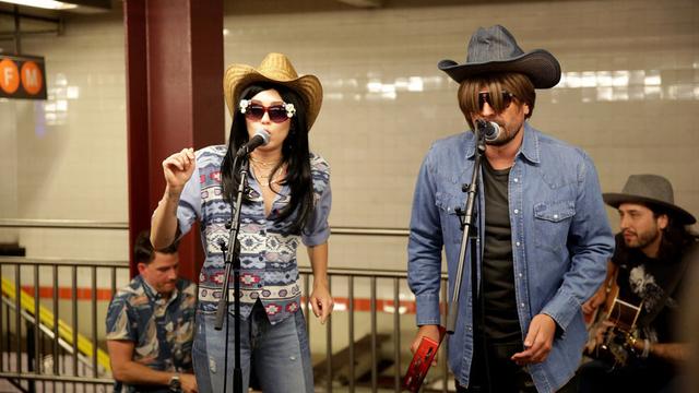 [Video] Miley Cyrus cải trang với mái tóc đen đi hát dạo ở ga tàu điện ngầm - 1