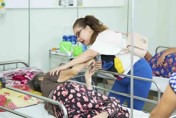 Kasim Hoàng Vũ và mẹ về Đà Nẵng làm từ thiện - ảnh 2