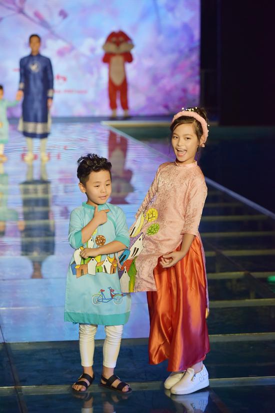 Cô chịBảo Anh và em trai Bảo Minh tạo dáng đáng yêutrong đêm bế mạc Tuần lễ thời trang trẻ em Việt Nam 2017 vào tối 18/6 tại Hà Nội.