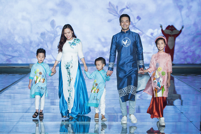 3 nhóc tì nhà MC Phan Anh sánh nước cùng bố mẹ trong vai tròvedette show thời trang.