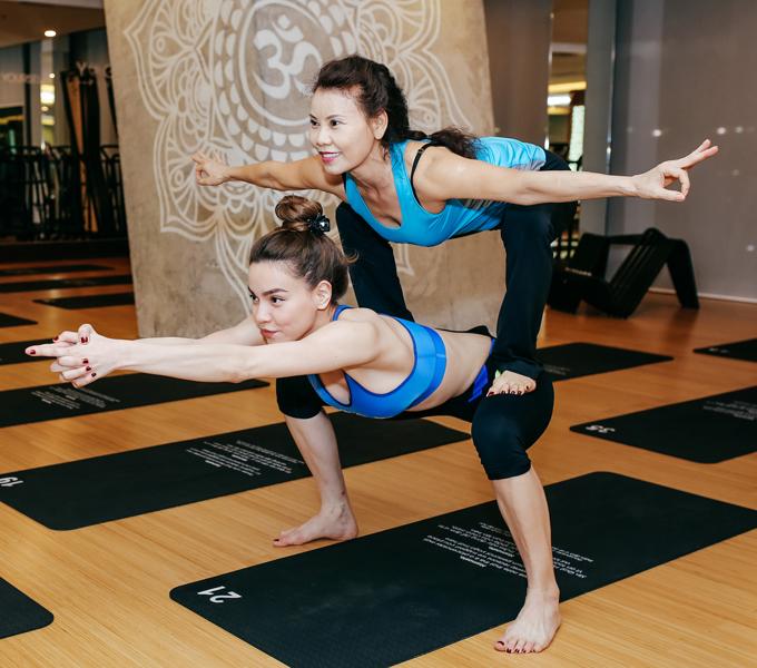 ho-ngoc-ha-va-me-khoe-ve-deo-dai-khi-cung-tap-yoga-7
