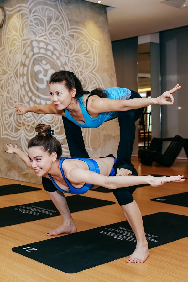 ho-ngoc-ha-va-me-khoe-ve-deo-dai-khi-cung-tap-yoga-8