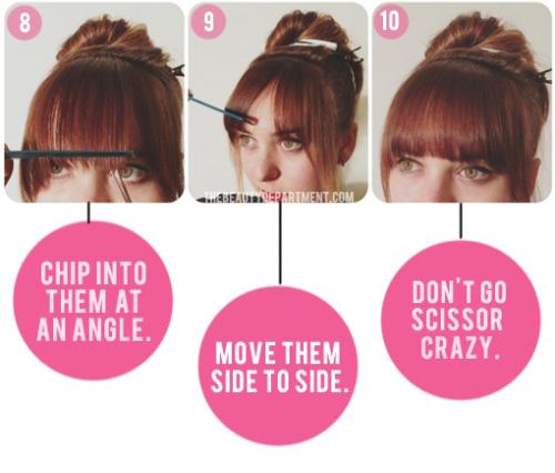 Lấy lược chải thẳng tóc mái đồng thời giữ cố định rồi dùng lược để dọc, cắt tỉa mỏng tóc từ giữa sang hai bên.