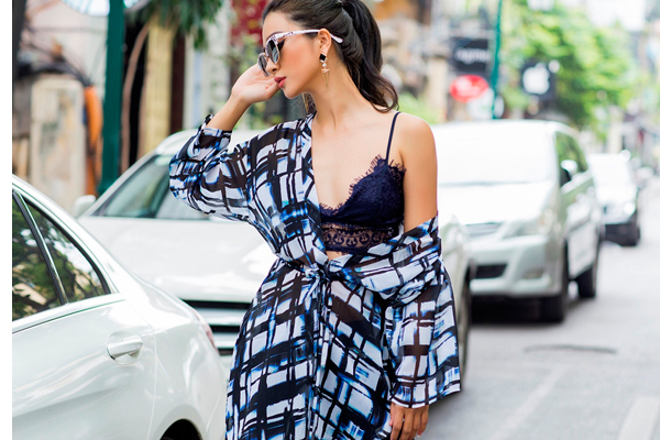 Kim Tuyến ăn diện sexy khi dạo phố