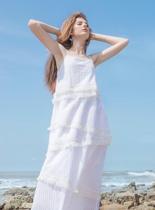 Đầm maxi dài màu trắng phù hợp với đi biển, giúp các cô gái thả dáng uyển chuyển.