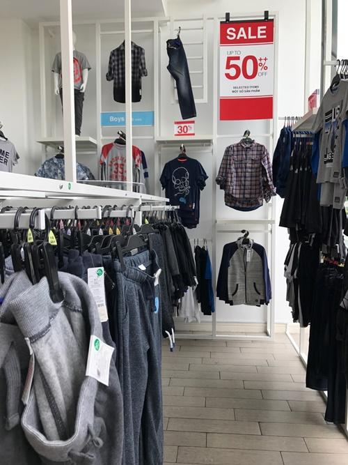Từ giữa tháng 6, nhiều thương hiệu thời trang thực hiện một số chương trình khuyến mãi. Hiện tại, mùa sale được áp dụng tại các trung tâm thương mại lớn ở TP HCM. Để chọn được trang phục phù hợp, người mua thường cân nhắc kỹ các khuyến mãi, ưu đãi.