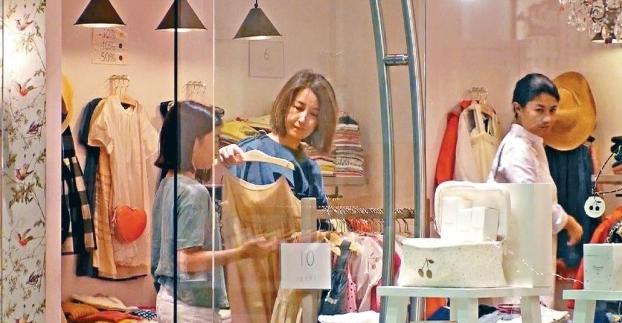 Trương Gia Huy bận rộn kiếm tiền, Quan Vịnh Hà ở nhà chăm con