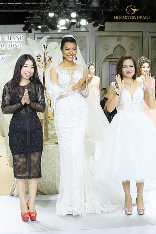 Sự kết hợp giữa trang sức ngọc trai Hoàng Gia Pearl và Áo cưới Lydia làm nên màn trình diễn đặc sắc trong một sự kiện thời trang gần đây.