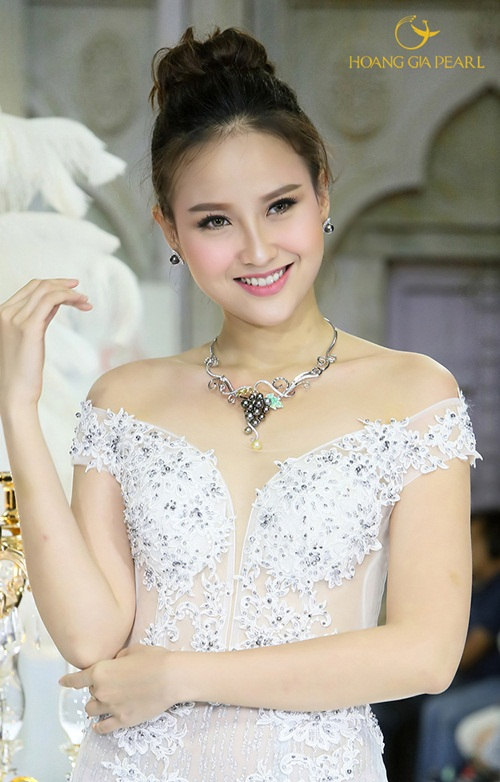 Hiểu nhu cầu tỏa sáng của các cô gái trong sự kiện trọng đại của đời mình, trang sức Ngọc Trai Hoàng Gia chăm chút từng chi tiết để mỗi cô dâu đều nổi bật vẻ đẹp riêng khi sánh cùng chiếc váy cưới hay áo dài truyền thống.
