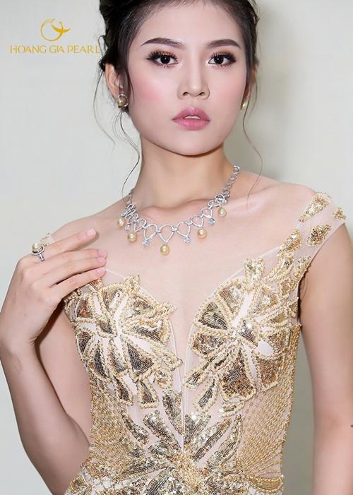 Nếu yêu chuộng sắc vàng sang trọng, một bộ trang sức ngọc South Sea ánh vàng kim biển sâu có thể giúp cô dâu tỏa sáng.
