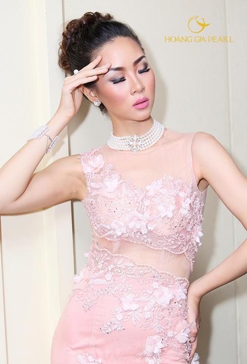 Phong cách chuỗi cổ cùng chuỗi tay nhiều lớp đồng bộ khi sánh cùng những chiếc áo cưới mang đến sự quyến rũ, gợi cảm cùng vẻ đẹp quý phái cho cô dâu.