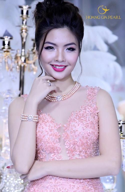 Sự kết hợp ngọt ngào giữa sắc hồng quyến rũ của chuỗi ngọc trai cùng áo cưới làm nên phong cách dịu dàng, đáng yêu.