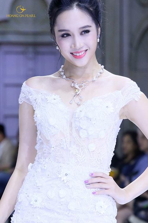 Vẻ tinh khôi, thuần khiết khi kết hợp trang sức ngọc trai sắc trắng trong những thiết kế tinh xảo.