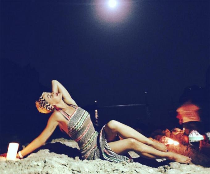 Katy Perry khoe nguc nong bong tren bai bien