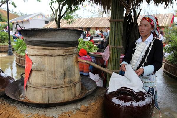 Tạm biệt những nghi thức cưới xin hấp dẫn của người Dao đỏ, du khách có thể trải nghiệm quy trình nấu rượu của bà con vùng cao ngay tại lễ hội. Năm bếp nấu rượu tái hiện quy trình chế biến các loại rượu truyền thống của đồng bào dân tộc Tày, Giáy, Xa Phó, HMông, Dao đỏ. Hầu hết các loại rượu đều là sản phẩm làm từ thóc đã lên mầm, nấu chín, ủ với men lá rừng và chưng cất truyền thống. Tận mắt chứng kiến quy trình sản xuất rượu kì công, nhiều du khách tỏ ra hào hứng khi được thử những ly rượu nóng hổi vừa mới ra lò, rót trong những chén nhỏ làm từ tre nứa độc đáo. Bếp rượu đầu tiên được khai lửa, hơi men ấm nồng lan tỏa trong cái se lạnh đặc trưng của núi rừng Tây Bắc. Ai nấy đều muốn xích lại gần nhau hơn, để tận hưởng cái không khí đặc trưng riêng có ở nơi miền núi cao mây phủ này, bên những ly rượu mới ra lò.