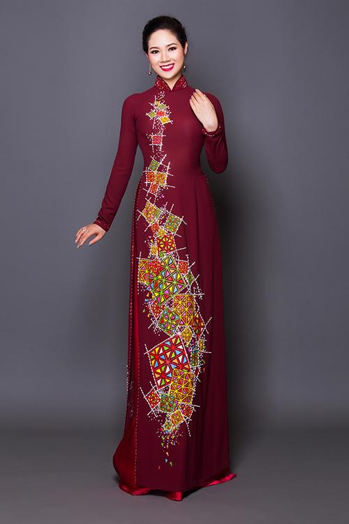 Áo dài chi phụ nữ trung niên thường được may chiết eo cao.