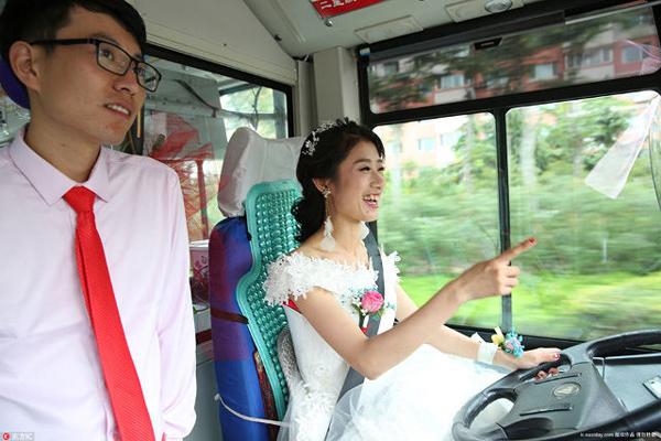 Trong khi ở Trung Quốc vẫn giữ tục lệ chú rể đón cô dâu bằng xe sang thì một cô gái gần đây đã quyết định tự lái xe buýt đưa chồng đến đám cưới. Cô gái này tên Wu Zheng, là một tài xế xe buýt ở thành phố Sơn Đông, Thanh Đảo. Zheng đã gặp chồng trên xe buýt. Vì vậy, vào ngày trọng đại của mình, Zheng nghĩ rằng chẳng có gì tốt hơn là đưa họ đến bước tiếp theo trong mối quan hệ bằng chính chiếc xe buýt này.