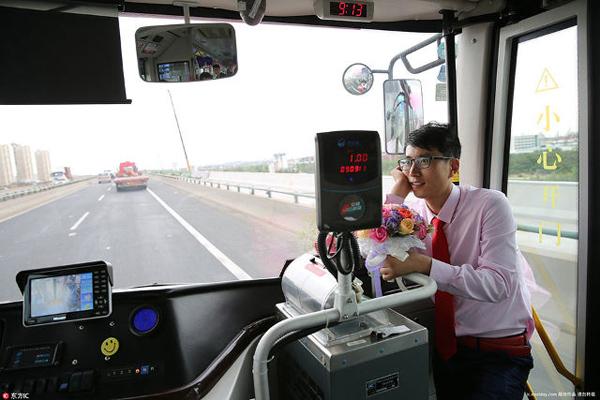 Trên thực tế, đối với Zheng, xe buýt không chỉ là phương tiện di chuyển mà nó còn như một thành viên trong gia đình. Tôi muốn nó có mặt ở đây để chứng kiến sự kiện lớn trong đời của tôi, Zheng nói với tờ Shanghaiist.