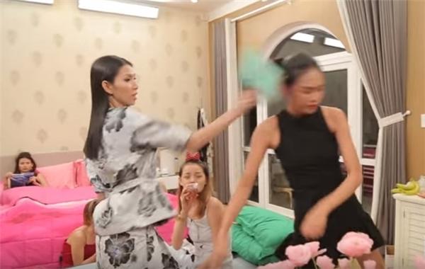 Nguyễn Hợp bị Thuỳ Dương tát thẳng vào mặt, Kikki Lê tạt nước lên người là những hành động vô cùng phản cảm tại tập 4 của Vietnams Next Top Model.