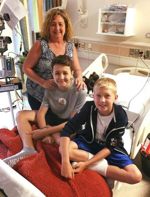 Mẹ khẩn cầu người lạ khắp 50 bang gửi bưu thiếp cho con trai ung thư máu - ảnh 2