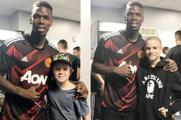 Hai nhóc Romeo và Cruz chụp ảnh kỷ niệm với Pogba