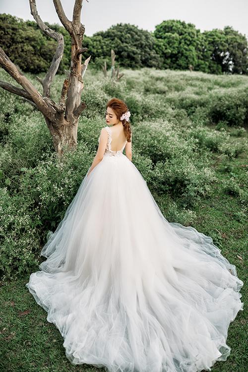 Mới đây, Ngô Lan Anh tái xuất trong bộ ảnh giới thiệu những mẫu váy cưới cho mùa cưới 2017 của nhà thiết kế Mai Đỗ.