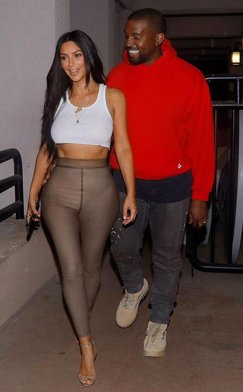 Kanye West tình tứ ôm eo Kim đi xem phim