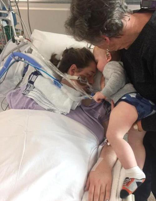 Nụ hôn cuối cùng của bé trai 17 tháng tuổi dành cho người mẹ đang hấp hối - ảnh 1