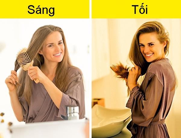 6. Chải tóc liên tục giúp tóc bóng khỏe Đây là sai lầm nhiều người mắc phải. Chải tóc quá thường xuyên sẽ khiến tóc yếu, dễ gãy rụng. Chỉ nên chải đầu 2 lần/ngày vào buối sáng và buổi tối trước khi đi ngủ.