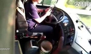 Tài xế xe buýt vừa lái xe vừa gọt táo ăn