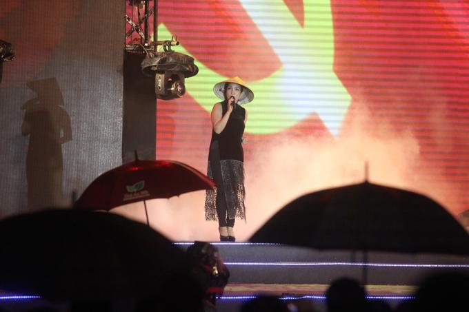 Mỹ Linh cùng dàn sao Việt 'đội mưa' cháy cùng 'Một thời hoa đỏ'