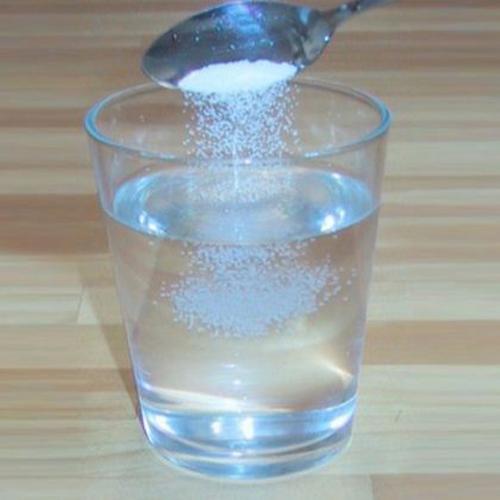 Nước muỗi pha loãng Sáng sớm là thời điểm huyết áp của chúng ta cao hơn mức bình thường. Vì vậy uống nước muối cũng không có lợi cho những người có vấn đề về huyết áp. Nghiên cứu sinh lí cho thấy rằng, cứ qua một giấc ngủ sâu cơ thể chúng ta không uống giọt nước nào nên không có nước cung cấp cho hệ hô hấp, cho hoạt động đổ mồ hôi, và để tạo thành nước tiểu. Chính vì vậy cơ thể chúng ta mất rất nhiều nước. Nếu uống nước muối vào buổi sáng sẽ làm cho miệng bị khô