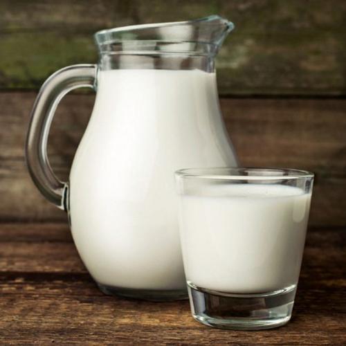 Sữa tươi Trong sữa bò có rất nhiều chất dinh dưỡng tốt cho cơ thể. Tuy nhiên, nếu bạn uống sữa bò vào thời điểm sáng sớm sẽ không tốt. Vì uống sữa bò lúc đang đói làm dạ dày tiêu hóa không kịp, ruột non hấp thu không kịp, không phát huy được giá trị dinh dưỡng, ở một số người còn xảy ra phản ứng không có lợi như đầy hơi, chướng bụng&