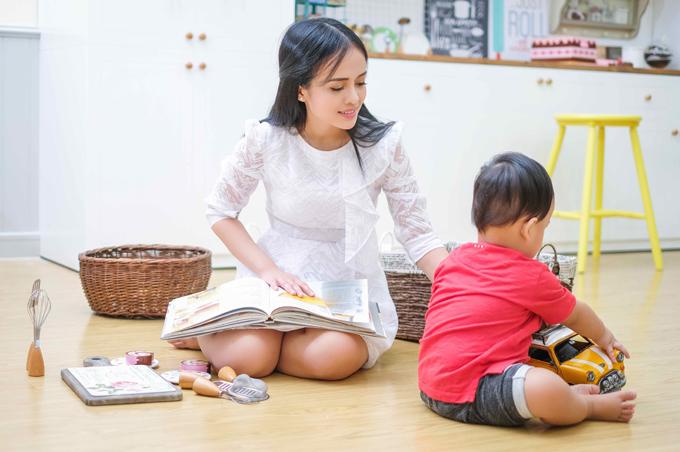 Sau mỗi ngày làm việc vất vả, niềm vui giản dị của Thanh Trúc là được vui đùa bên con trai nhỏ.